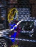 铁网、霓虹灯和街道 免版税库存图片