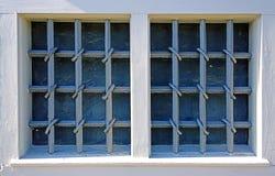 锻铁花格关上的两个窗口 免版税库存图片