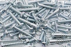 铁螺丝、坚果和锁紧垫片的大收藏的宏观射击 免版税库存图片