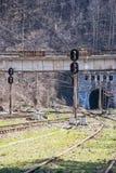 铁路、动臂信号机和隧道在一个火车站 免版税库存图片