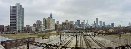 铁路和摩天大楼 免版税库存图片