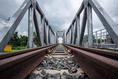 铁路和桥梁横穿 免版税库存照片