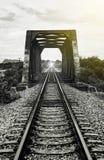 铁路和老钢桥梁看法,意味那里光在隧道尽头,成功方式 库存照片