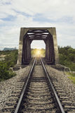 铁路和老钢桥梁,被过滤的图象,光线影响的长度的看法,那里点燃在隧道, s尽头 免版税库存图片