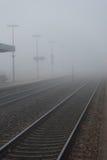 铁路在一有雾的天 免版税库存图片
