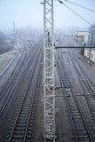 铁路在冷的有薄雾的早晨 免版税库存照片