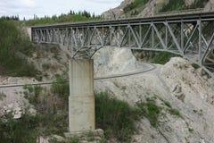 铁路在山的一座桥梁下 图库摄影