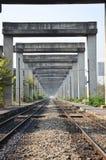 铁路在曼谷举起了路和火车系统BERTS 免版税图库摄影