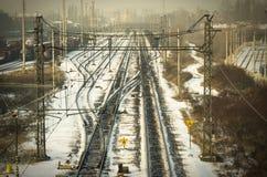 铁路在烟雾弥漫的冬天城市 库存照片
