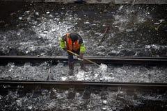 铁路堤防、路轨和工作者 免版税库存照片