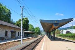 铁路平台手段Portschach上午Worthersee 奥地利 免版税库存照片
