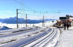 铁路或电车轨道轨道在与云彩backgr海的冬天  免版税库存照片