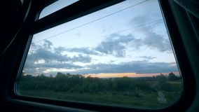 铁路旅行概念 训练通过它与暮色风景的` s窗口被摄制的 影视素材