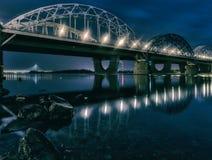 铁路桥在基辅在晚上 乌克兰 库存图片