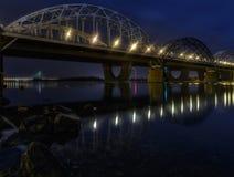 铁路桥在基辅在晚上 乌克兰 免版税库存图片