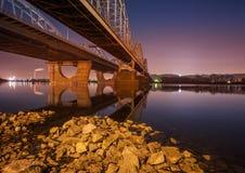 铁路桥在基辅在晚上 库存图片