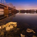 铁路桥在基辅在晚上 图库摄影