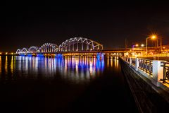 铁路桥在晚上 免版税库存照片