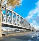 铁路桥在镇里 免版税库存图片