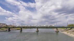 铁路桥的美丽的景色在河Uji的有火车的运行通过它的,京都区,日本 免版税图库摄影