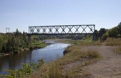 铁路桥通过河纳尔瓦 爱沙尼亚 库存照片