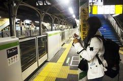 铁路火车旅客泰国妇女等待火车小yamanote线  免版税库存图片
