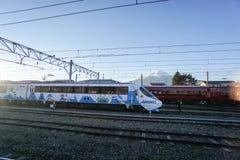 铁路火车逗人喜爱的设计有透镜火光的被采取在Kawaguchiko火车站 库存照片