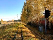 铁路的美丽的景色在蓝天下 免版税库存照片