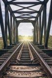 铁路的长度的看法在老钢桥梁中的 免版税库存照片