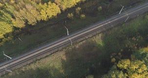 铁路空中射击在秋天树之间的在森林里在10月 库存图片