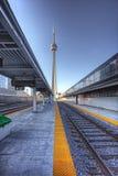 铁路线的垂直的看法在街市多伦多 免版税库存图片