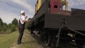 铁路谈话和在铁路机械附近的展示赞许 影视素材