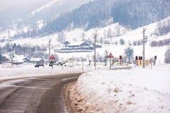 铁路路横穿和积雪的领域在一个风景冬天山风景,Dachstein断层块,利岑县,施蒂里亚 免版税库存照片