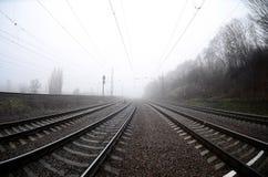 铁路轨道在一个有薄雾的早晨 很多路轨和睡眠者 库存图片