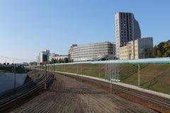 铁路轨道在城市 免版税库存图片