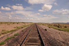 铁路轨道在沙漠 免版税库存图片