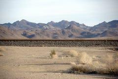 铁路轨道在沙漠 库存图片