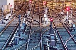 铁路轨道夜视图在集中处 库存照片