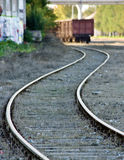 铁路轨道导致货物无盖货车 免版税库存照片