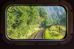 铁路轨道的看法通过火车窗口 水平的框架 库存照片