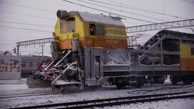 铁路轨道积雪的清除机器 股票视频