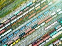 铁路轨道空中射击与许多的无盖货车 免版税库存图片