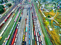 铁路轨道空中射击与许多的无盖货车 免版税图库摄影