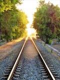 铁路轨道跑往天际在日落 库存图片