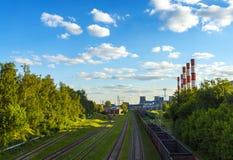 铁路轨道连接点临近能源厂烟囱 库存照片