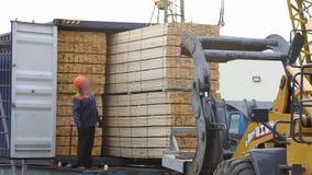 铁路运输,装载由货物的一个铁路支架,人装货支架 影视素材