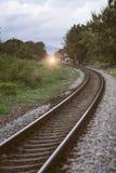 铁路近的火车站曲线与树的在铁路,葡萄酒的左右边过滤了图象, 免版税库存图片