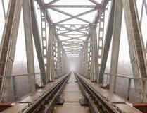 铁路进入薄雾灰色有薄雾的秋天早晨 免版税库存图片