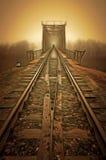 铁路进入薄雾灰色有薄雾的秋天早晨 库存照片