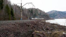 铁路通过沿有移动朝的一辆老电车的河岸 影视素材